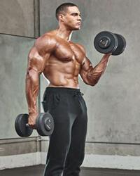 bicepsz állva váltott karral